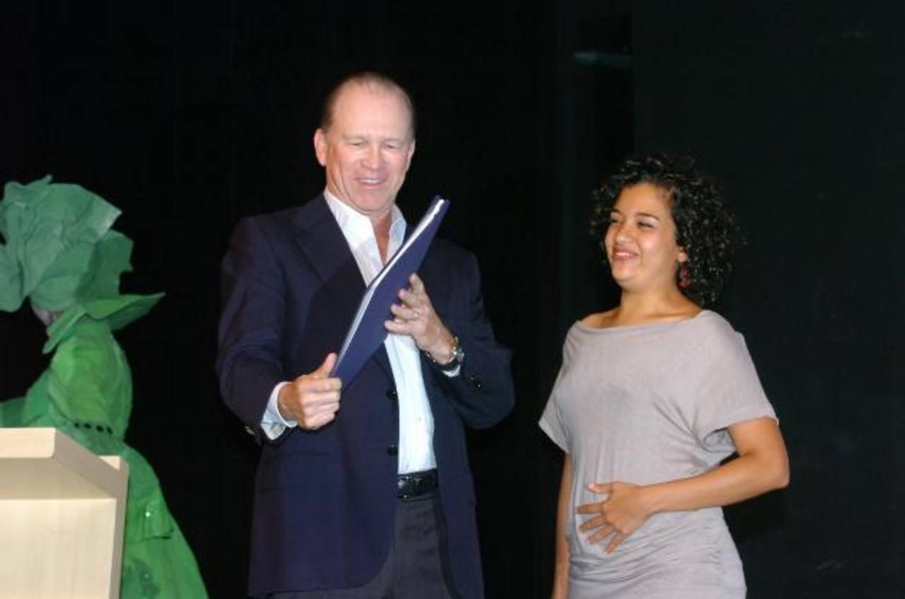 Ricardo Poma junto a la ganadora del Premio Ovación 2011: Alejandra Nolasco. Foto EDH /archivo