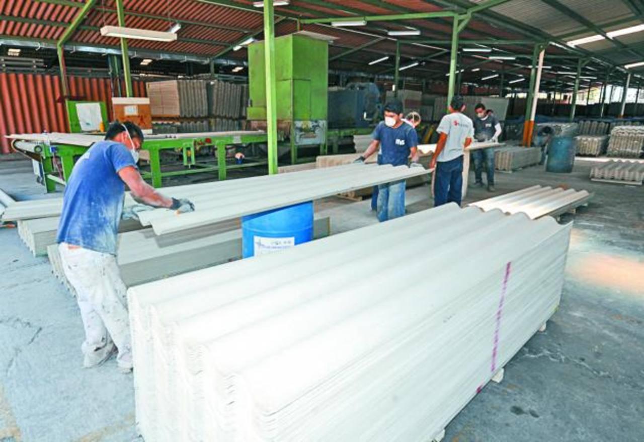 El 70 % de la producción de Plycem se destina a Estados Unidos. Foto EDH / douglas urquilla