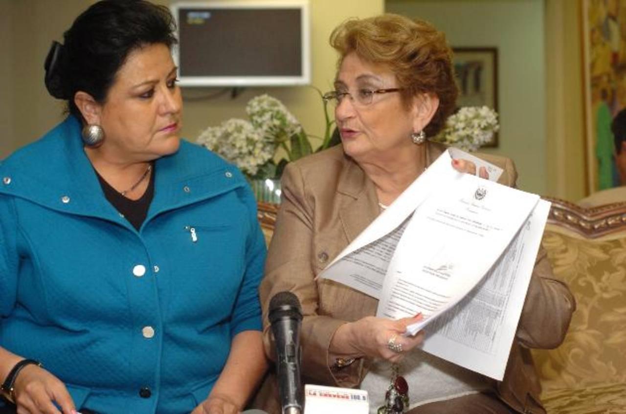 Margarita Escobar y Carmen Elena de Escalón, de ARENA.