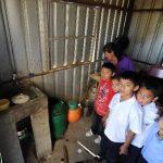 Para preparar la alimentación en la escuela, a veces, tienen que comprar agua. foto edh / douglas urquilla
