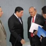 Walter Araujo (segundo desde la izquierda) conversa con Franzi Hato Hasbún, ministro de Educación. Foto EDH / Cortesía TSE