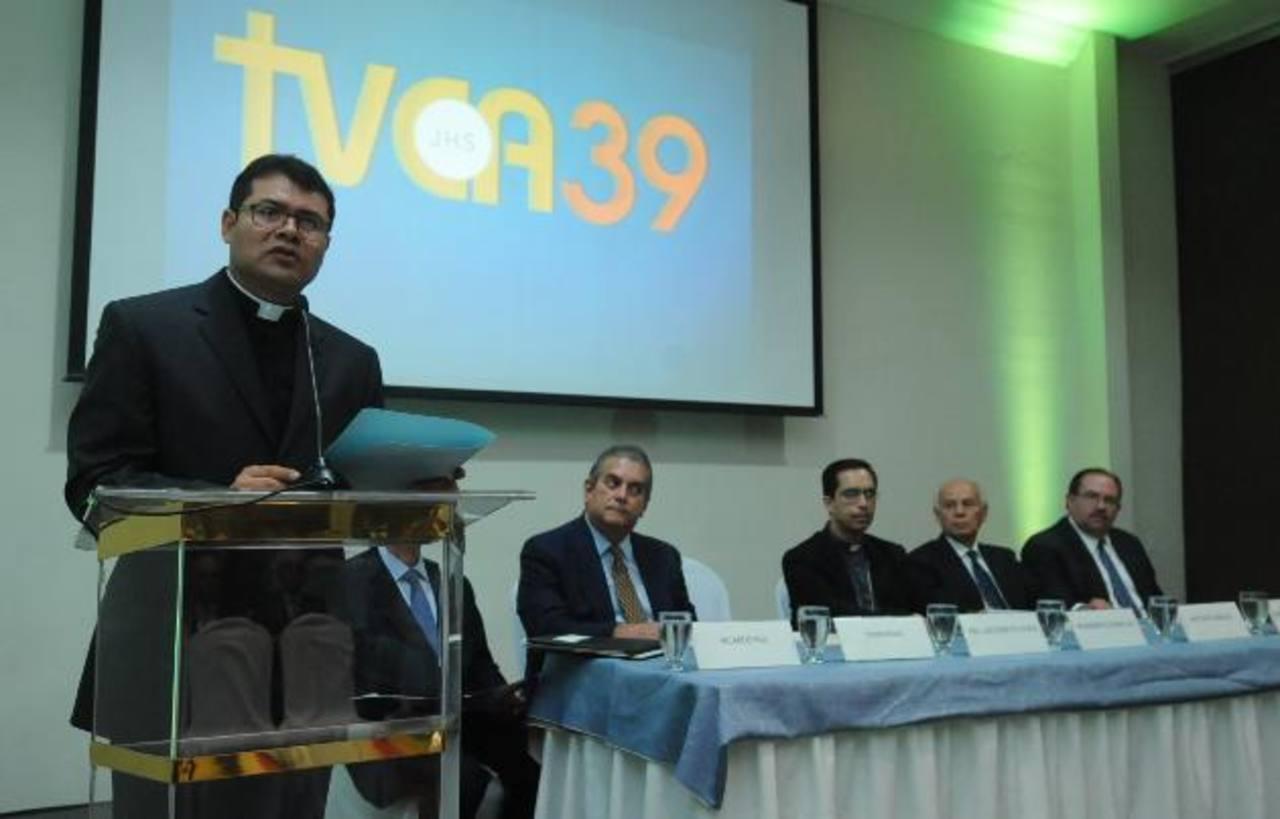 El presbítero Luis Ayala, director del canal 39, explica la misión del medio de comunicación. fotos EDH / Lissette Monterrosa