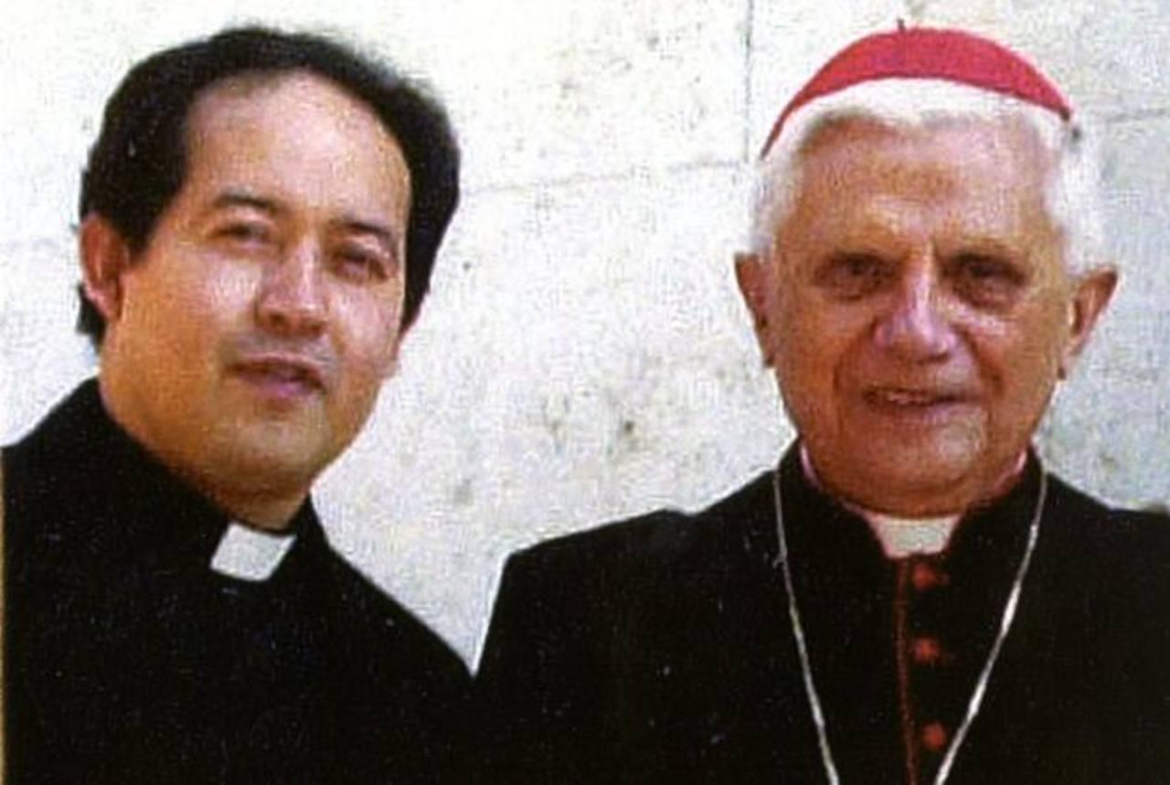 El padre Jorge Rivas Villalobos se fotografió junto al ahora Papa emérito Benedicto XVI durante un encuentro cuando el salvadoreño realizaba sus estudios en Roma.