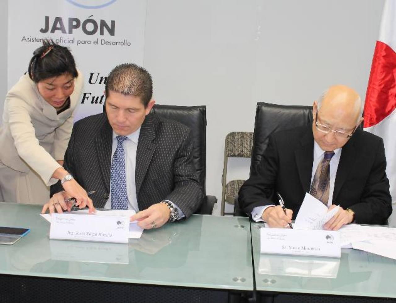 El alcalde se Sensuntepeque y el embajador de Japón firman el convenio. Foto EDH / cortesía