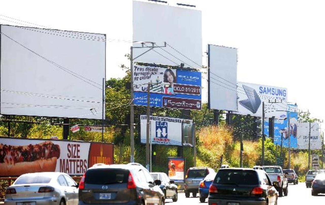 Los registros de la alcaldía de Antiguo Cuscatlán señalan que un 50% de la publicidad no tiene permiso. Foto edh / archivo
