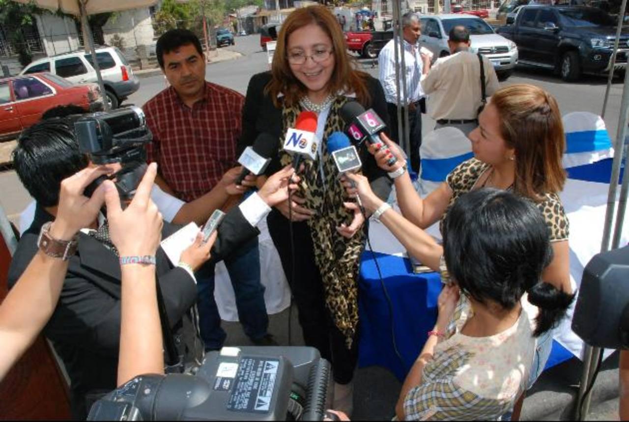 El lanzamiento de las unidades de acceso a la información fue hecha frente a la alcaldía de Atiquizaya. Foto EDH / CRISTIAN DÍAZ
