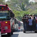 Buseros advirtieron que no trabajarán hasta que haya patrullajes de la Policía o pago de los empresarios. Foto EDH / Óscar Mira.