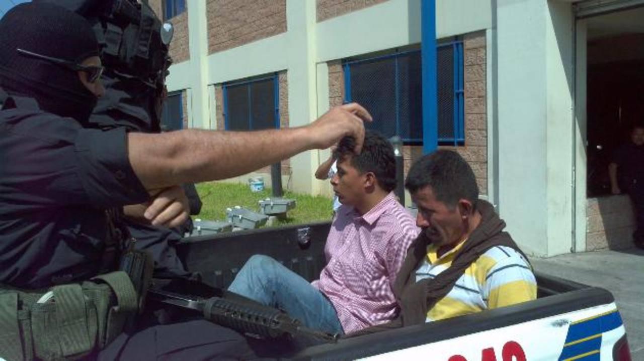 Los sujetos serán acusados de secuestro agravado en las próximas horas en los juzgados. Foto EDH / Óscar Iraheta.