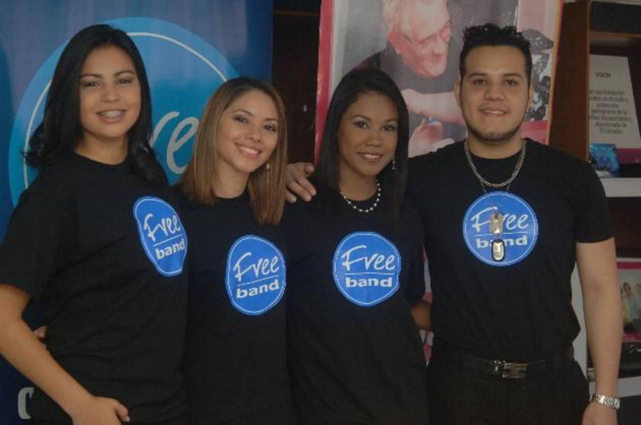 Fueron presentadas Karla Cubías (3º izq. a der.) y Beatriz Parker (1º de izquierda a derecha). Foto EDH / Miguel Villalta