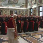 """Como un general que pasa revista a sus tropas tras la batalla, Benedicto XVI camina por última vez como Papa en funciones frente a los cardenales, los oficiales de su """"ejército espiritual"""". foto edh / ap"""