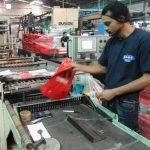 Las empresas que producen artículos plásticos mantienen estrictos controles de calidad. Foto EDH / douglas urquilla