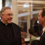 El reverendo Robert Sirico (Izq.) sostiene que el empresariado es una vocación.