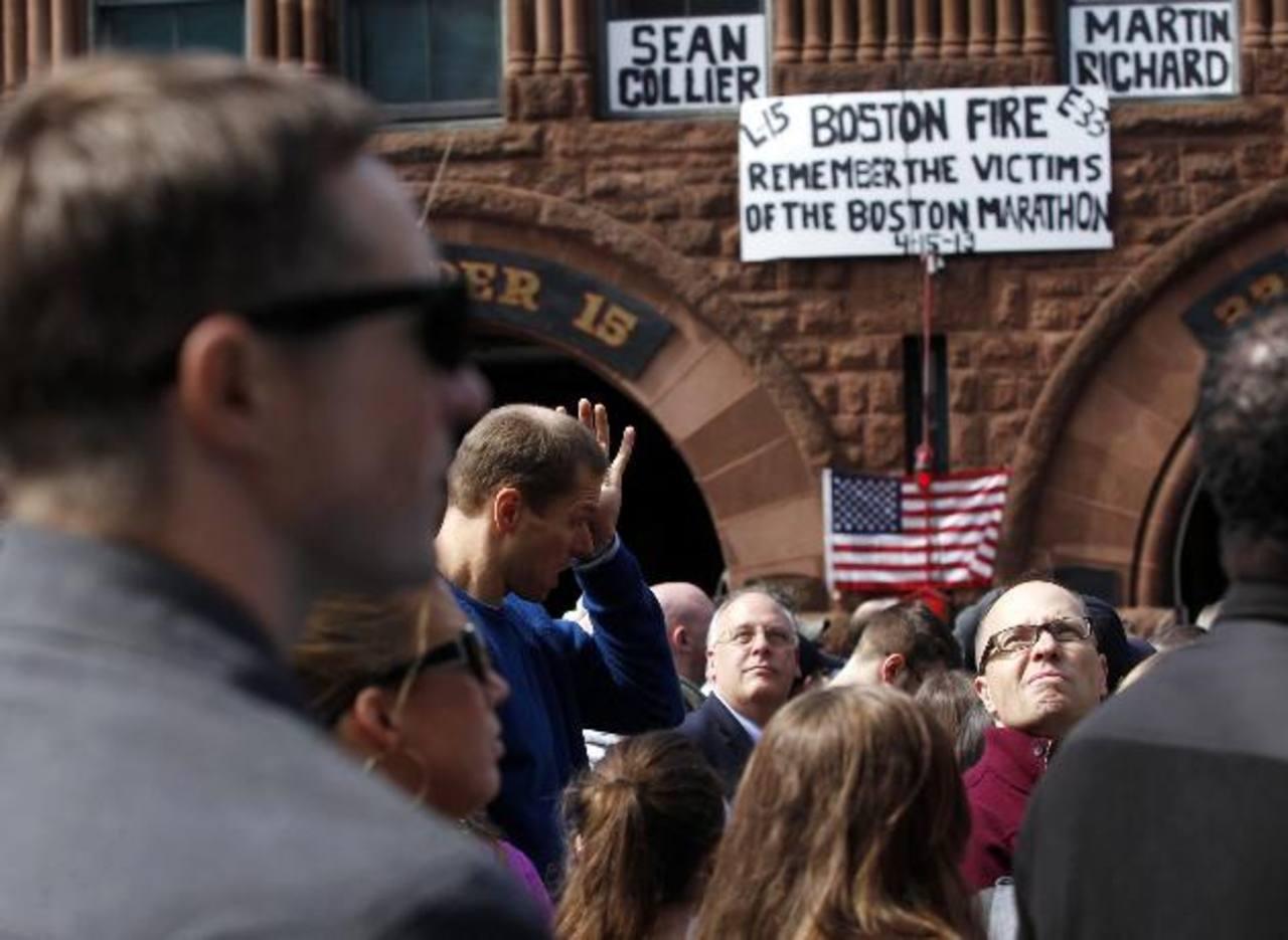 A una semana de los atentados en Boston, varias personas rindieron homenaje a las víctimas. Foto/ Reuters
