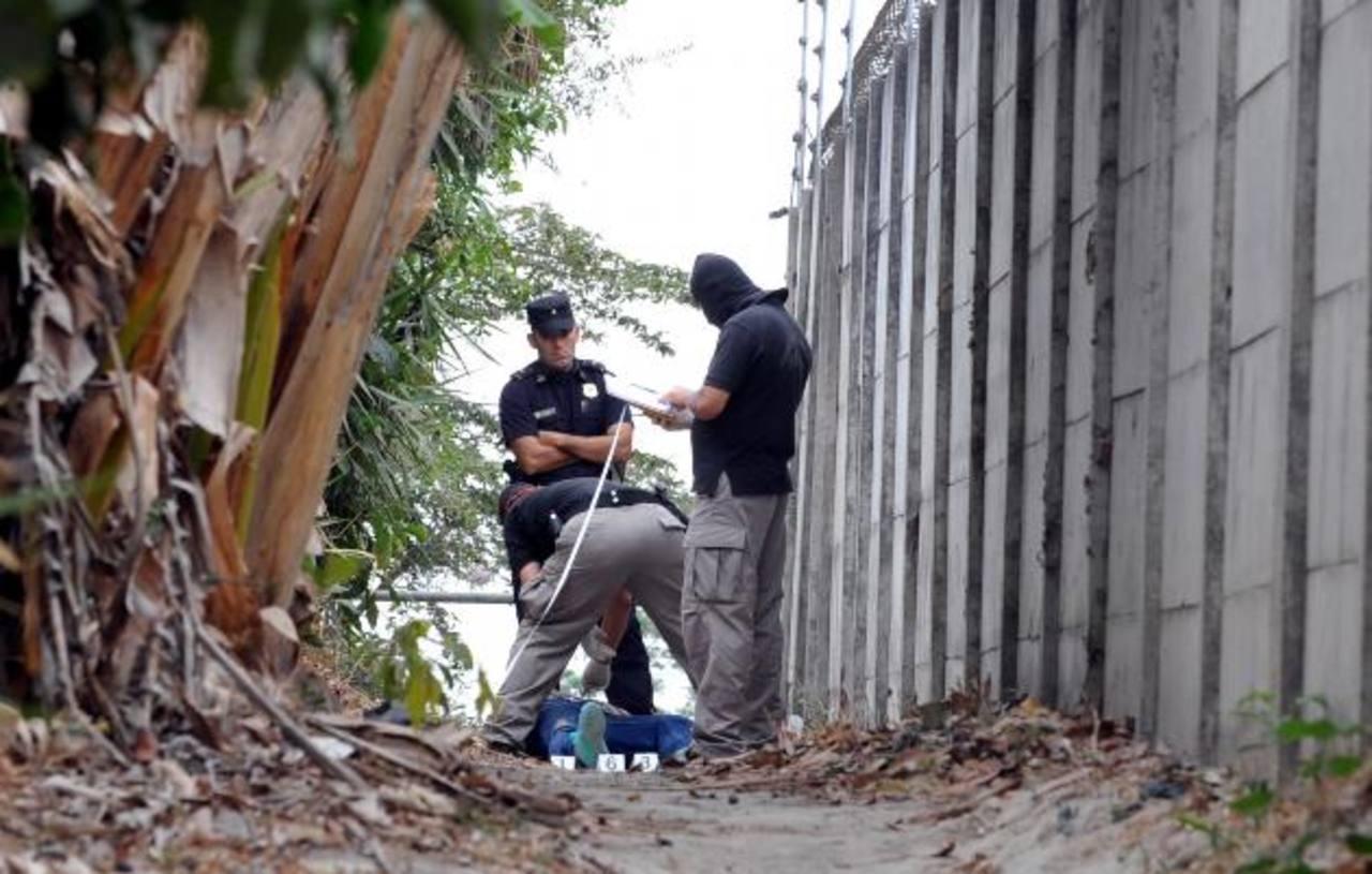 René Santiago Pérez, de 27 años, fue asesinado ayer a balazos en la colonia La Ermita en el municipio de Santo Tomás, al sur de San Salvador. Foto EDH / ericka chávez