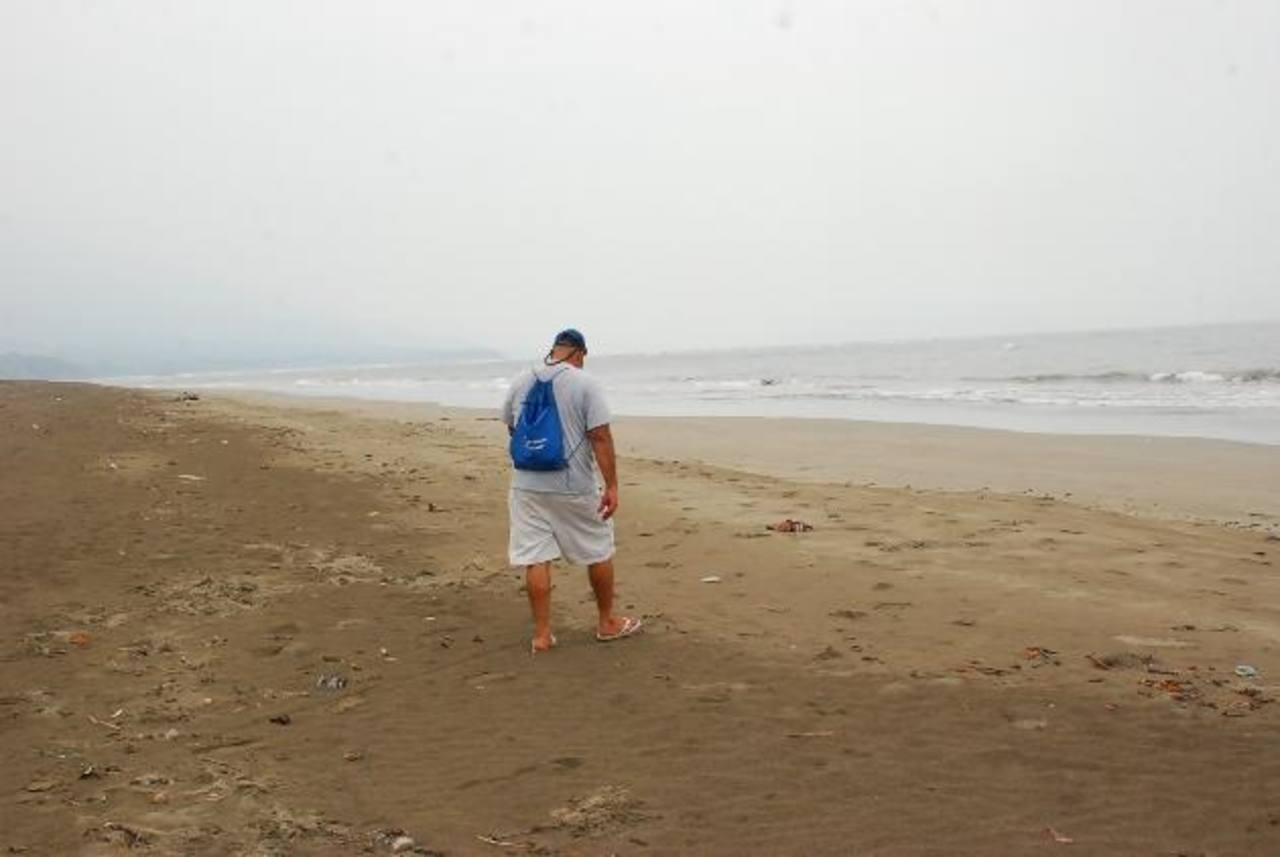 Los pobladores están preocupados por que el mar ha retrocedido unos 200 metros. Foto EDH / insy mendoza