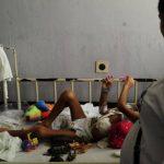 El niño permanece en una de las camillas del sexto piso del Hospital Bloom mientras se le realiza el trasplante. Foto edh / archivo