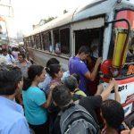 Miles de usuarios se ven afectados por la falta de servicio de buses. foto edh