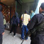 La policía registró varios inmuebles que podrían estar relacionados a los dos capturados. foto edh / mauricio Cáceres