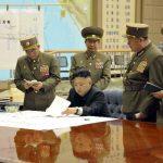 El dictador norcoreano, Kim Jong-un (c), en la reunión en la que ordenó tener preparados misiles para atacar a EE. UU. y Surcorea.