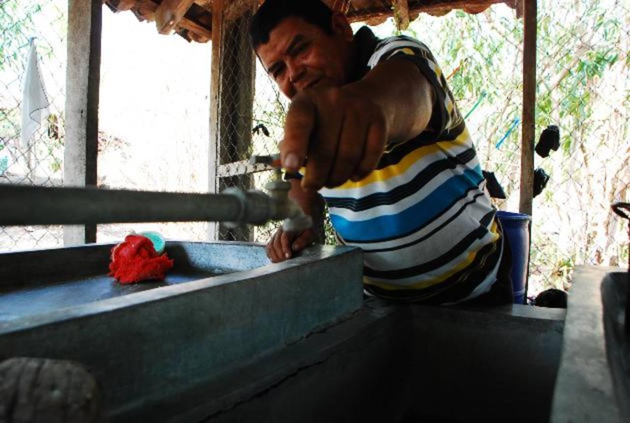 Un residente muestra que a pesar de las expectativas, desde el 4 de febrero de 2011, no sale agua de la llave que instaló en su casa. Foto EDH / Francisco Torres