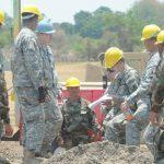 Militares estadounidenses y salvadoreños trabajan en la construcción de la escuela que beneficiará a unos 300 niños en la zona de Metalío, Acajutla, Sonsonate. Foto EDH / Douglas Urquilla