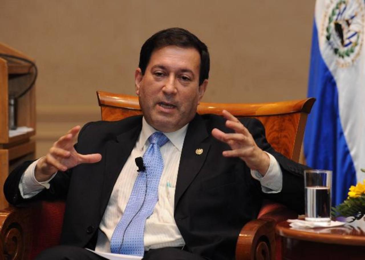 Carlos Acevedo, ex presidente del BCR, comenzará un nuevo cargo en el FMI el lunes próximo. En su última entrevista, en nuestro país, insistió en que la economía se encuentra estancada y con un alto nivel de deuda. foto edh / archivo