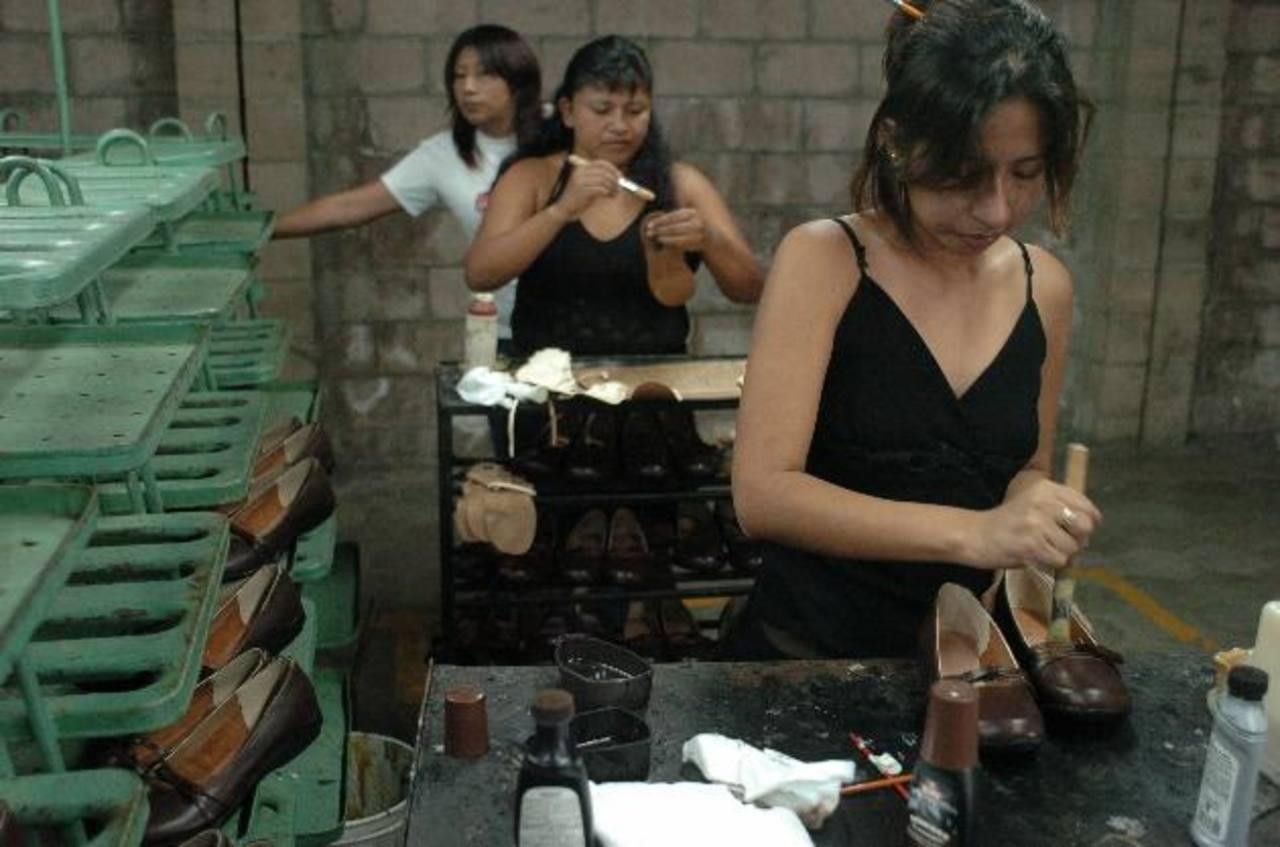 Según informe de Conamype en 2012 unas 8,757 mujeres recibieron el servicio para crear sus pequeños negocios. edh / archivo