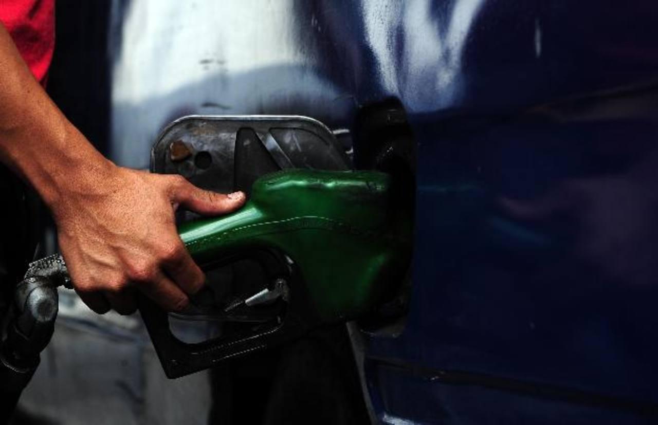 Buenas noticias para los automovilistas: el combustible bajará hasta $0.13 en los próximos 15 días. foto edh /archivo