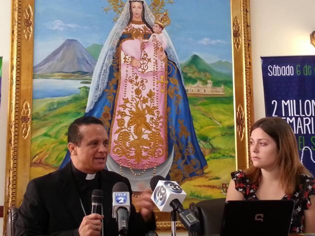 Monseñor Fabio Colindres y Elena Rueda invitaron a la población salvadoreña a asistir a la actividad. Foto edh / Cortesía