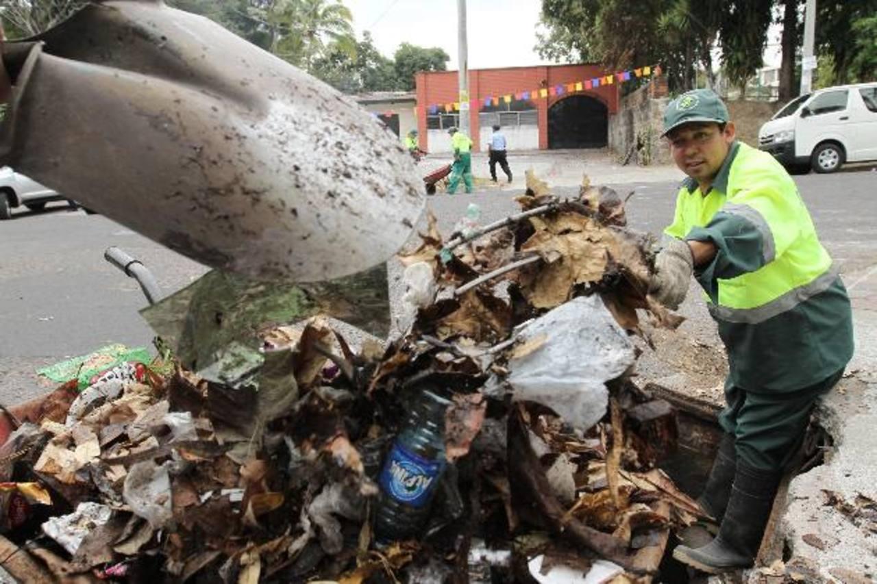 La problemática de la basura en los tragantes se incrementa por el hurto de las tapaderas. foto edh / cortesia