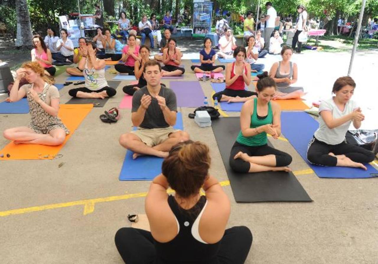 Algunas personas consideran que el yoga es la unión del cuerpo con la mente. En la actividad numerosos jóvenes y adultos participaron, ya que para practicarla no hay edad. Fotos edh / Douglas Urquilla