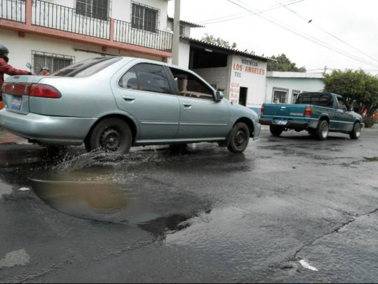 La gran cantidad de vehículos que circula por el lugar ha hecho que el problema se agrande. Foto EDH / milton jaco