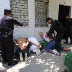 Los agentes someten a los sujetos que fueron encontrados en el interior de una casa. Fotos EDH / Douglas Urquilla.