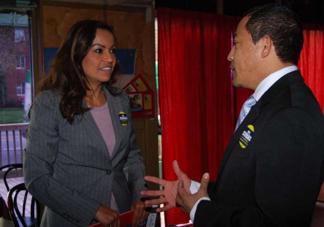 Ana Cubías conversa con Henry Bonilla, presidente de la Cámara de Comercio Salvadoreña del Área de Washington, luego de un encuentro con salvadoreños en un restaurante en Arlington, Virginia, al medio día de este martes.