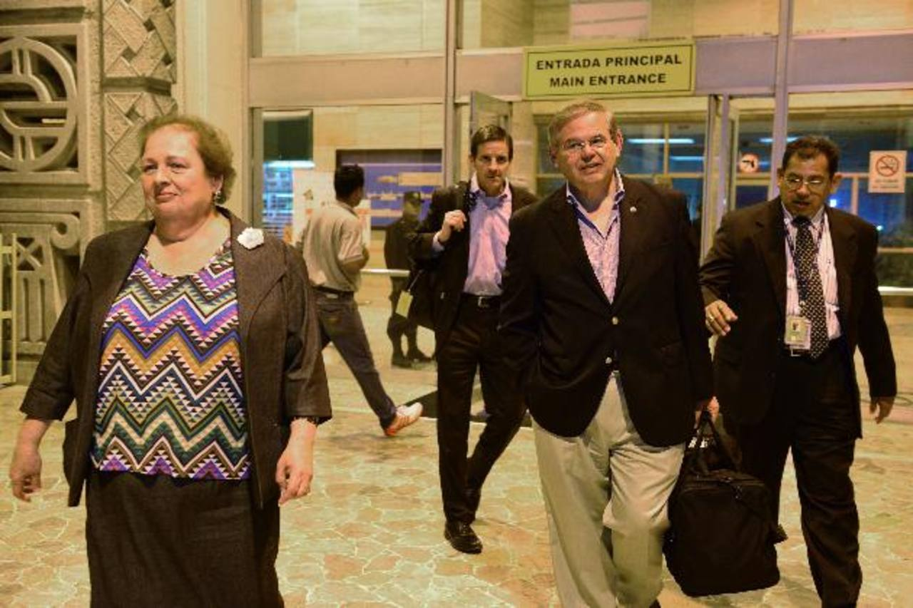 Robert Menéndez, que preside el Comité de Relaciones Exteriores del Senado de EE.UU., llegó anoche al país. Lo acompaña la embajadora Mari Carmen Aponte. foto edh / césar avilés