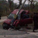 El conductor del vehículo colisionó contra un poste sobre el km 15 y medio de la carretera al Puerto de La Libertad. Foto tomada del Twitter de Emilio Corea, periodista de TCS