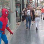 La Policía en la búsqueda del sospechoso del robo interrogaba a varias personas disfrazadas de Hombre Araña. Foto tomada de internet
