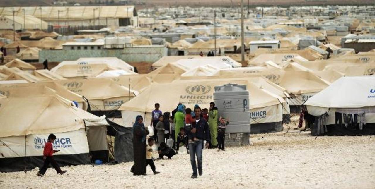Miles de sirios han sido desplazados a centros de refugio ante los bombardeos.