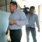 El cirujano plástico Raúl Enrique Flores entra al Juzgado Quinto de Paz, para someterse a la audiencia inicial en su contra por una supuesta mala praxis. Foto EDH / Erika Chávez.