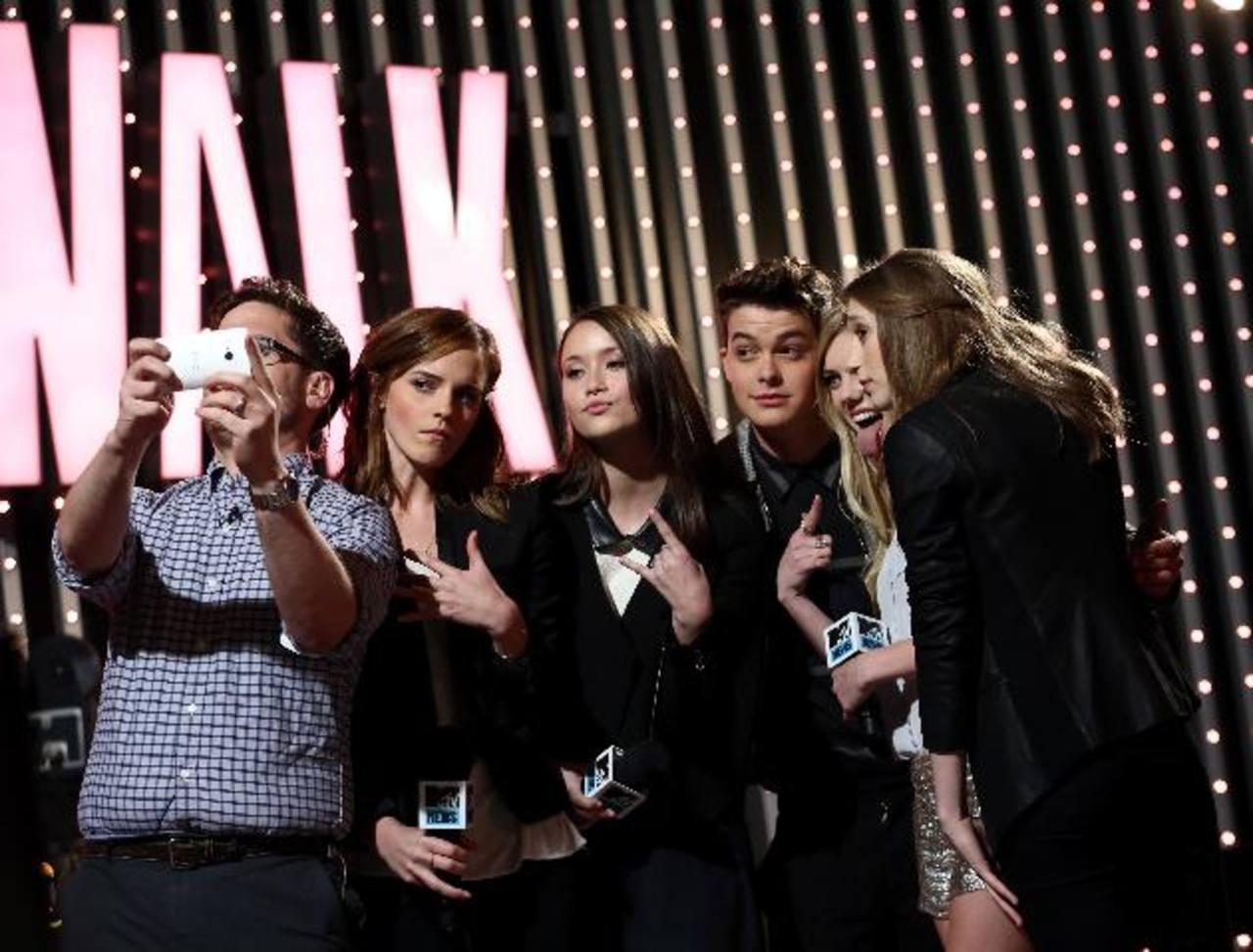 Parte de los actores del filme 'The Bling Ring', incluidos Emma Watson, posan durante una reunión previa a la entrega de premios. FOTO AP