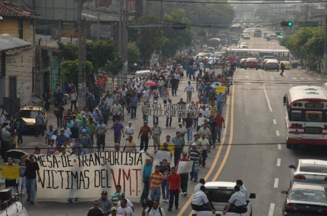 Transportistas marcharon a la CSJ. foto edh / marlon hernández