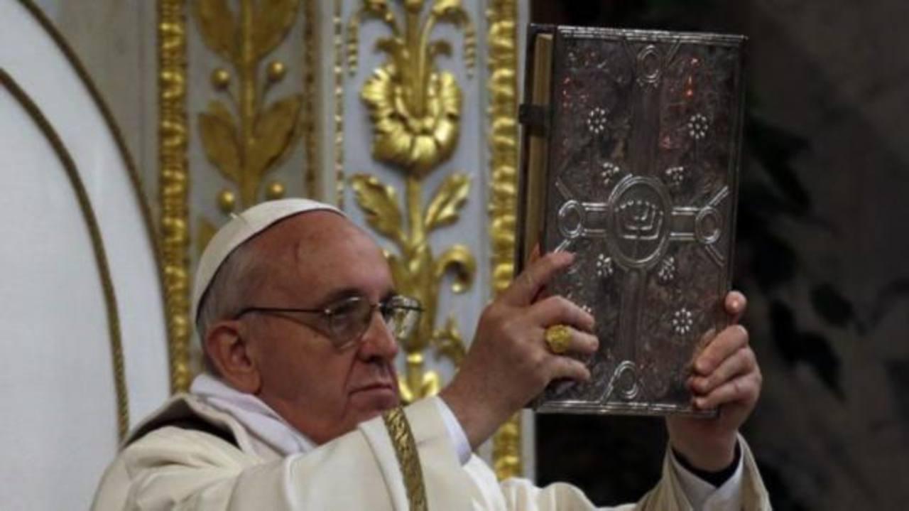 El Papa Francisco durante la celebración de la misa en la Basílica Papal de San Pablo Extramuros. FOTO AP