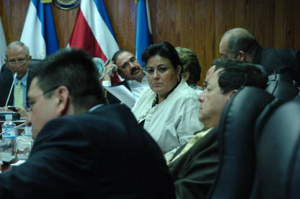 Douglas Avilés, de CD (en primer plano); Antonio Almendáriz, del PCN; Margarita Escobar, de ARENA. Al fondo, el tricolor Donato Vaquerano y Sigfrido Reyes, del FMLN. foto edh / jorge reyes