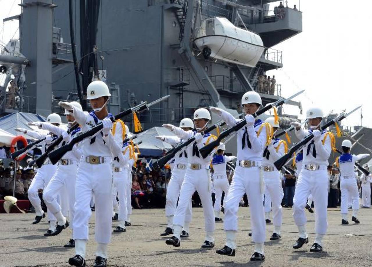 Durante el acto de bienvenida, los tripulantes taiwaneses deleitaron al público conexhibiciones. Foto EDH / Marvin Recinos