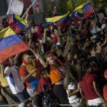 Simpatizantes de Nicolás Maduro celebraron anoche la victoria del socialista tras las votaciones. FOTO AP