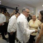 El Presidente de la República, Mauricio Funes, escucha a Delmy González cuando le denuncia la falta de medicamentos. Foto EDH / ARCHIVO