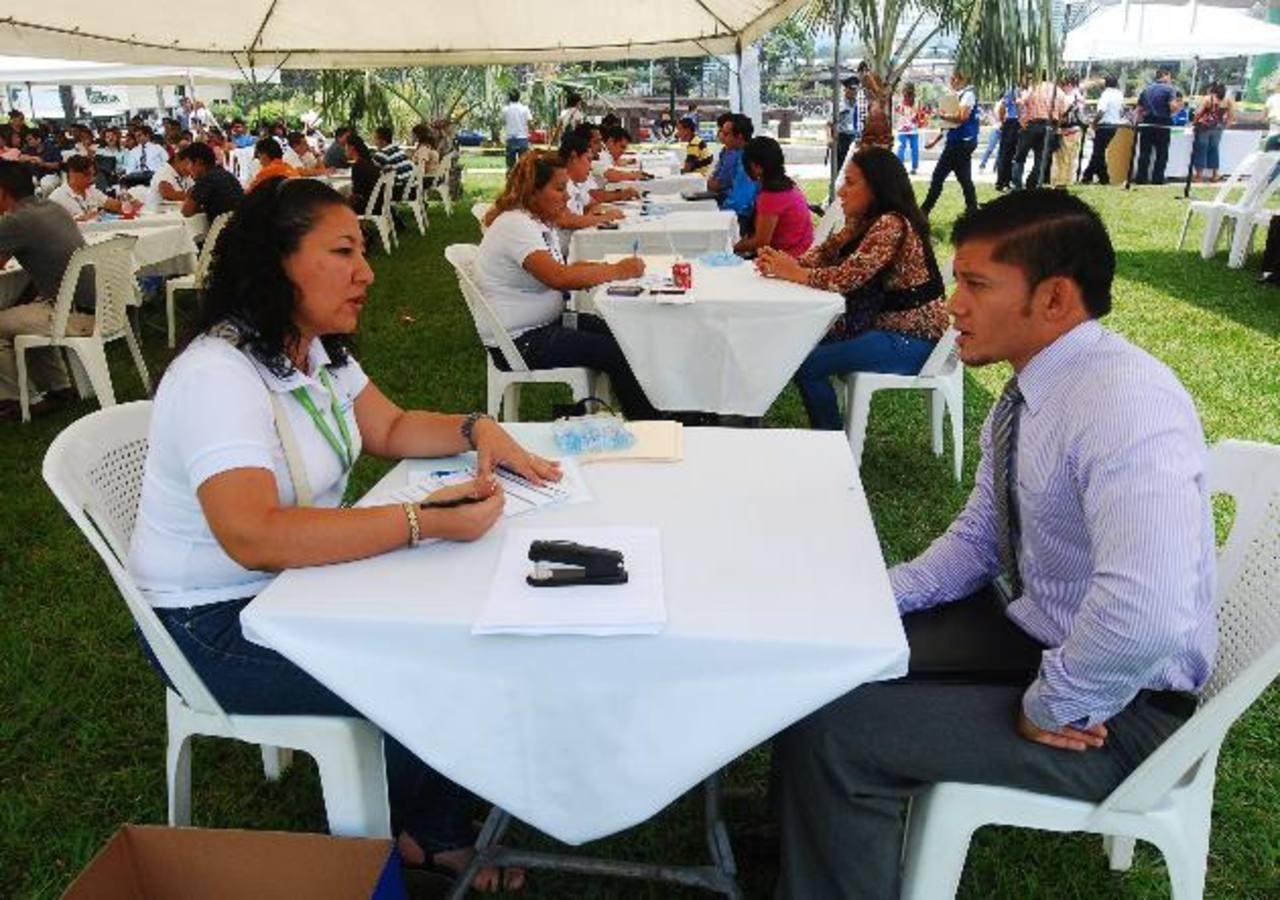 Los candidatos tuvieron una preentrevista en la feria de empleo. Foto EDH / Marlon Hernández