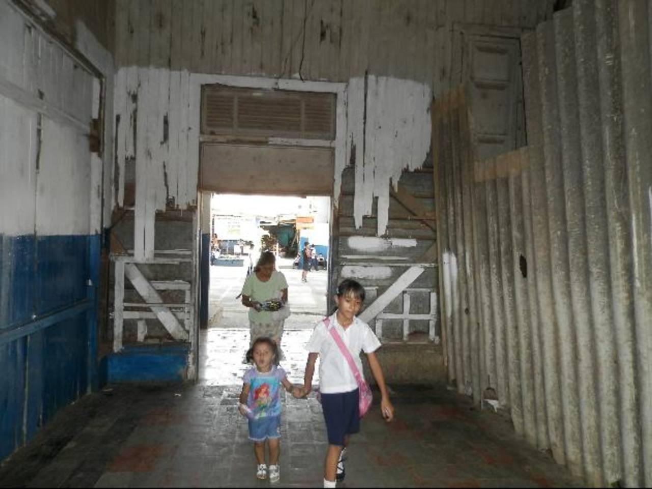 El antiguo pabellón que data de 1929 representa un peligroso riesgo para toda la comunidad estudiantil. foto edh / milton jaco