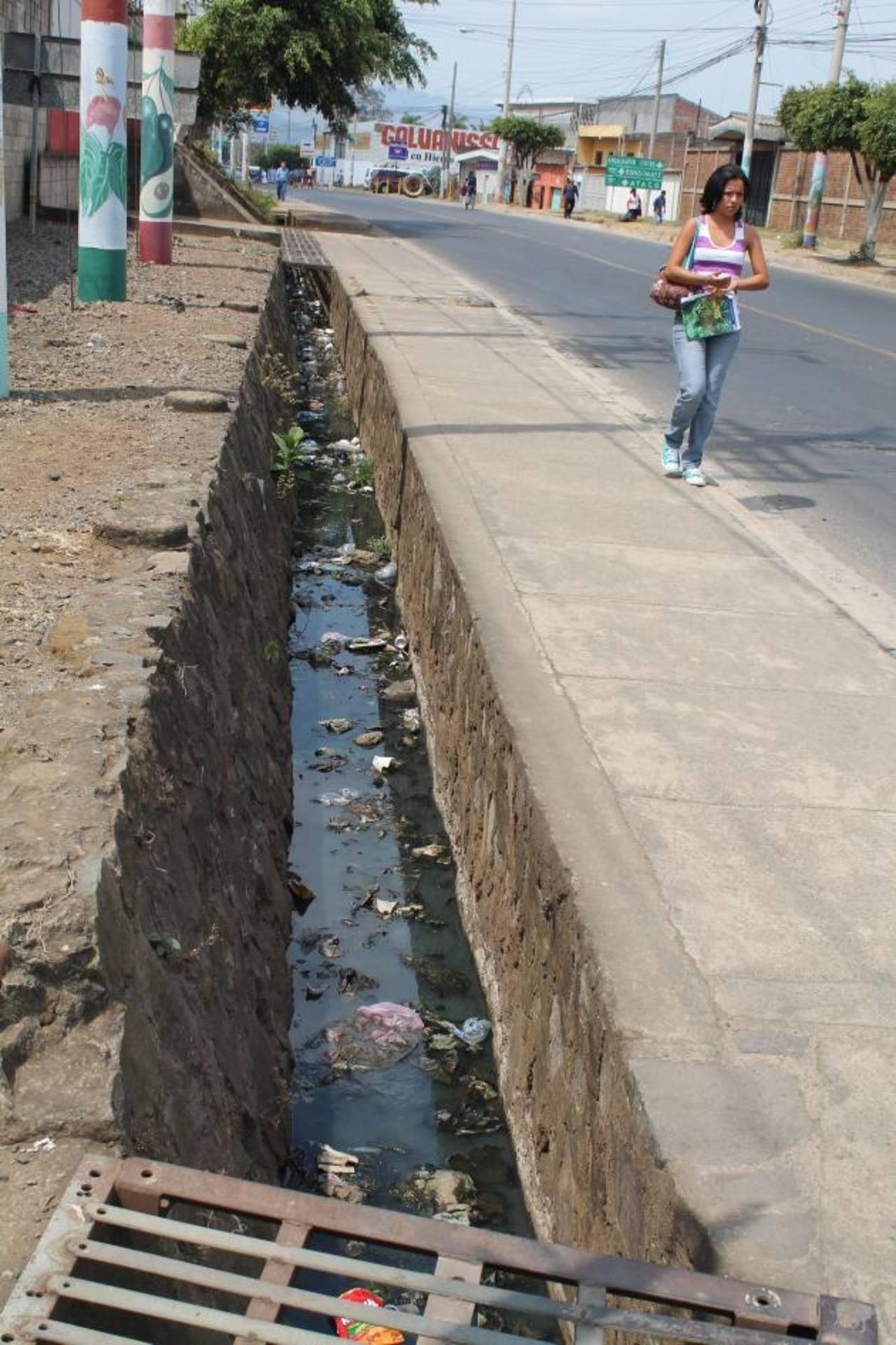 Los afectados temen por contaminación y por falta de la tapadera en la zona. Foto EDH / Roberto Díaz Zambrano
