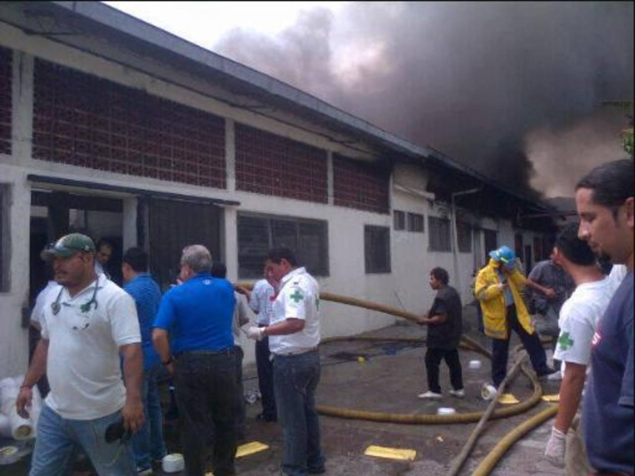 En el bulevar ex Venezuela un incendio destruyó el 50% de una fábrica de platos desechables. FOTO EDH/A. cASTRO